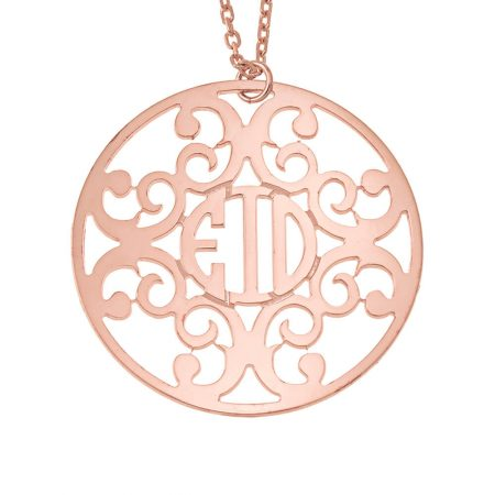 Collar con círculo decorado con monograma