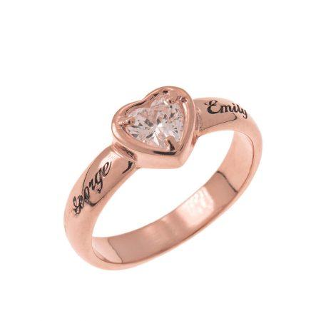 Anillo de compromiso con corazón de gema y grabado