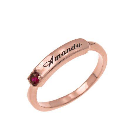 Pequeño anillo con nombre sobre plato y piedra de nacimiento